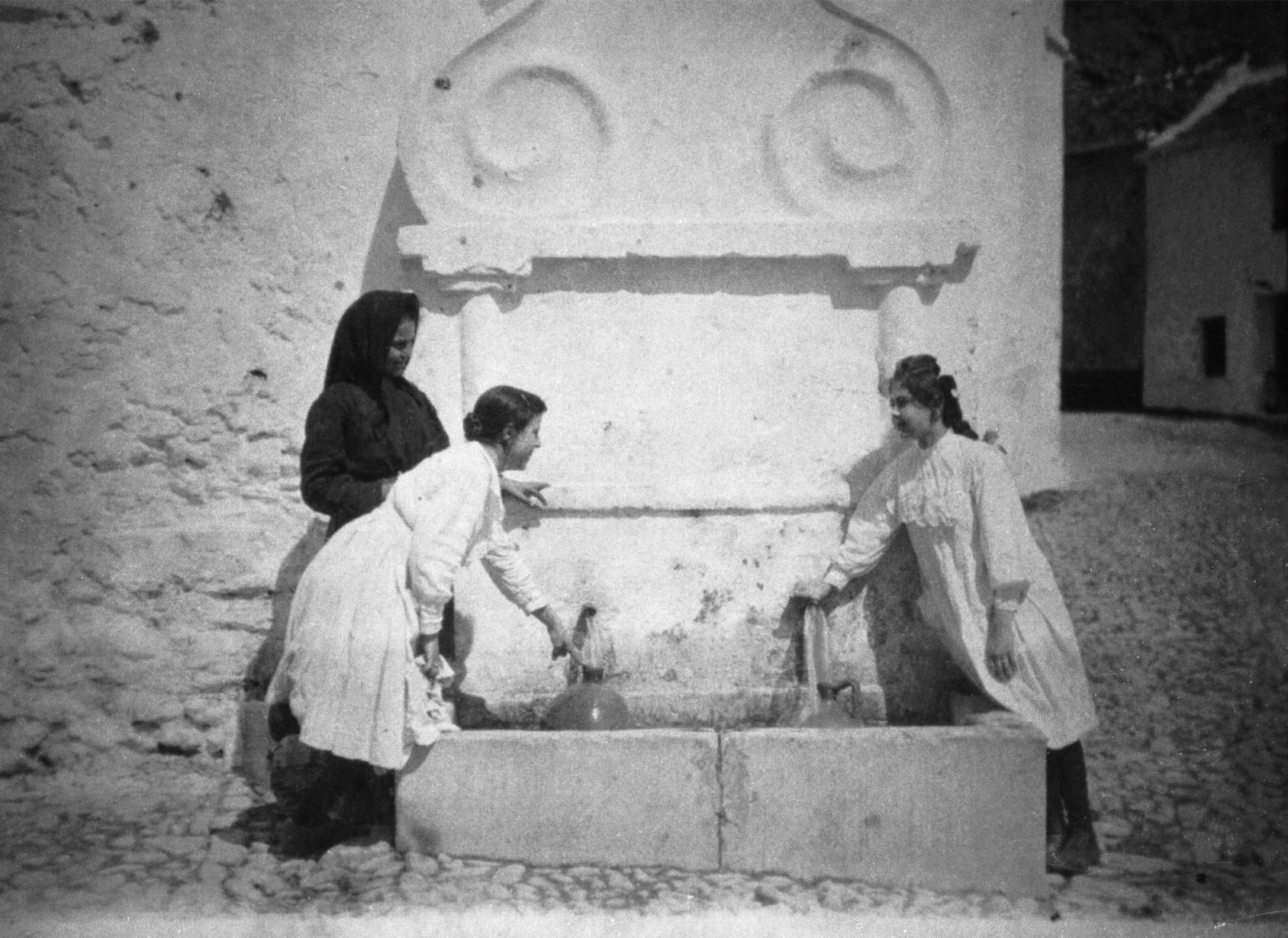 Antigua fuente en la confluencia de la avenida del Compas y calle de los Caños