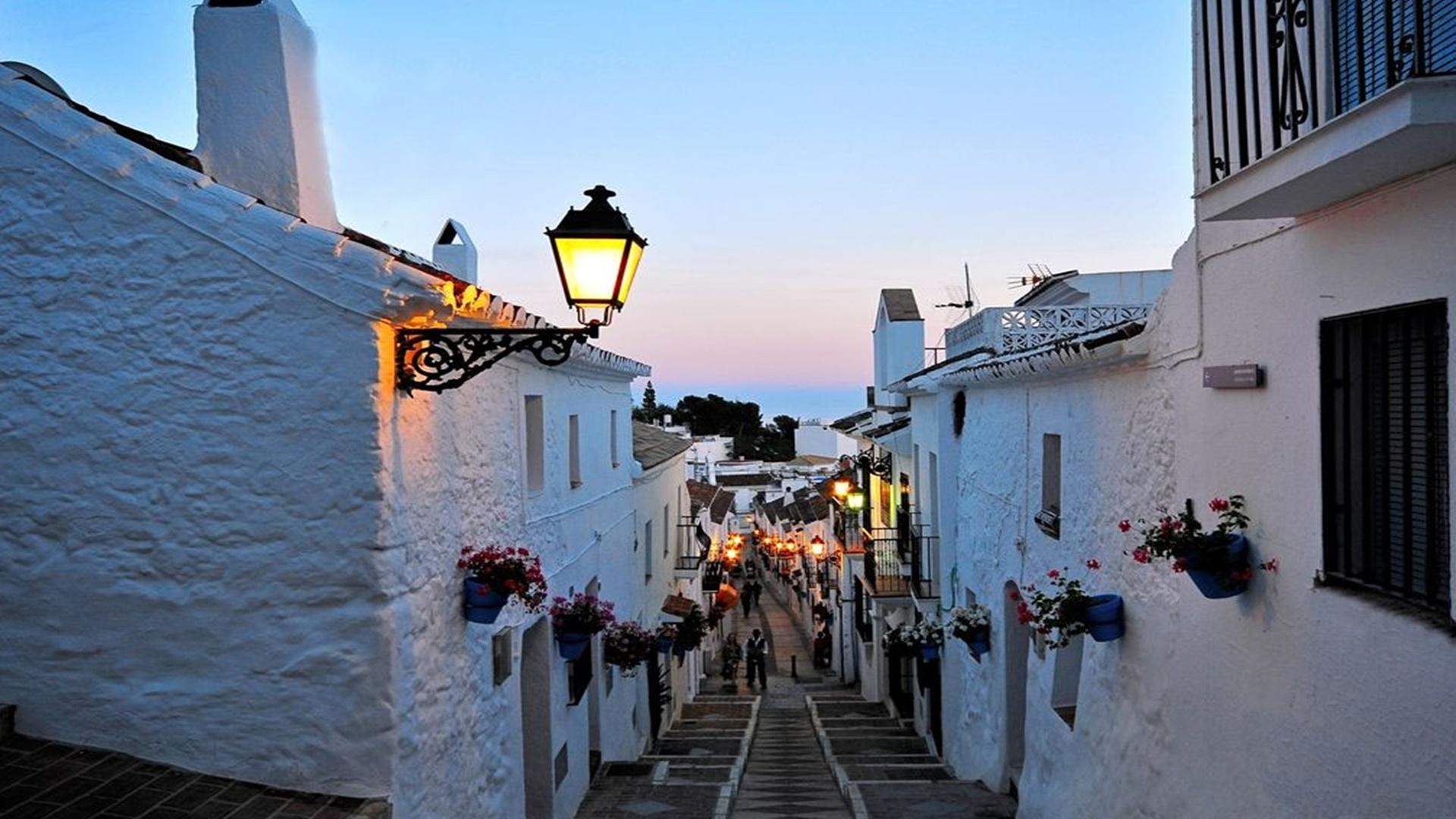 En la ladera de la sierra homónima, se extiende el pueblo de Mijas. Su casco histórico (declarado Conjunto Histórico-Artistico en 1.969) posee un trazado de origen árabe con calles encaladas, que son un improvisado balcón con vistas al Mediterráneo.