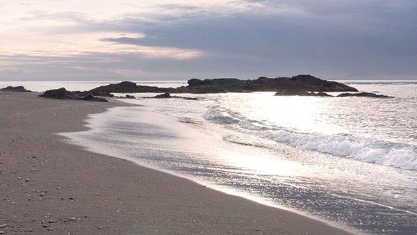 Mijas tiene un amplio y cuidado litoral donde la combinación de playa, naturaleza y sol ofrece una experiencia muy agradable y especial. La gastronomía marinera y la hospitalidad mediterránea es el complemento ideal.