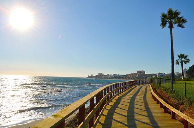 Recorrer la Senda Litoral le acercará a los puntos de interés de la costa dedicados al ocio, la práctica de deportes náuticos y a los establecimientos hosteleros donde poder degustar la rica gastronomía local.